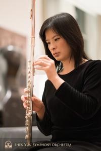 本番に向けて楽器を準備する首席フルート奏者、李佳蓉。