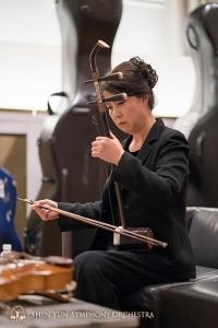 カーネギー・ホール初日の夜、ひとり静かに集中力を高める二胡奏者の孫璐。