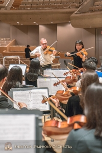リハーサル後の自主練習をまとめる首席ビオラ奏者のヴァーダン・ペトロシアンとアシスタント首席ビオラ奏者のレイチェル・チェン。