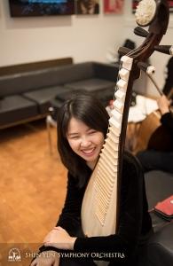 大好きな楽器を抱える琵琶奏者ユル・チェン。