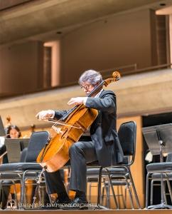 チェロ奏者のアレグザンダー・ダーディキン。舞台上で練習できる貴重な時間。