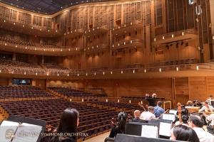 初めて演奏するホールの見事さに、リハーサルを小休止して写真を撮る指揮者ミレン・ナシェフ。