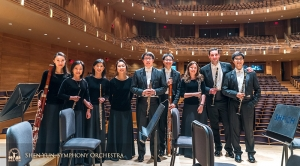ツアー終了を祝って記念撮影する木管楽器奏者たち。また来年お会いしましょう!