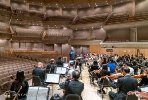 ロイ・トムソン・ホールでのリハーサルで指揮をするミレン・ナシェフ。