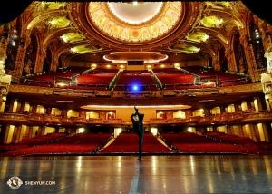 הרקדן ג'ו הואנג מתמזג ברקע המפואר. הבמה בתיאטרון וואנג שבמרכז בוש היא אחת מחמש הבימות הגדולות במדינה. (צולם על ידי לאו יין)