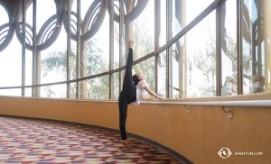 באור רך הקורן מבעד לחלונות, הרקדנית אנג'לה שיאו מתחממת לקראת הופעה במרכז לאמנויות הבמה של סן חוזה, קליפורניה. (צולם על ידי הרקדנית הראשית קה-שין לי)
