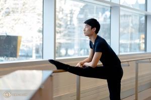 Танцор Тим Линь спокойно смотрит в одно из многочисленных огромных окон в Центре Four Seasons.