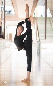 Pose peregangan sempurna Michelle Lian di lorong Four Season Centre. Michelle seorang penari utama di Shen Yun New York Company.