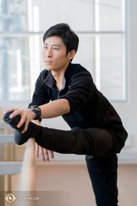 Jay Huang melakukan peregangan di salah satu ruang gladi resik di teater.