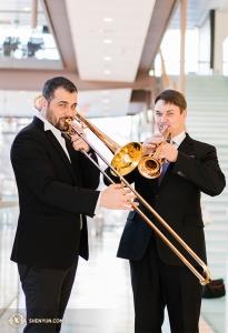 Тромбонист Александру Морару и трубач Владимир Земцов репетируют в просторном фойе.