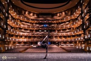 Танцор Джей Хуан захотел бросить вызов своему брату, танцору Джо Хуану, изображённому на <a href=