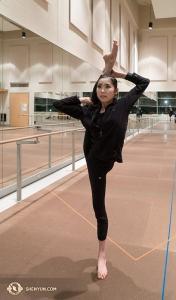 Z powrotem w Toronto, tancerka Ellie Rao rozciąga sięw sali ćwiczeń. Sprawia wrażenie, jakby utrzymanie równowagi w tej pozycji było łatwe, ale w rzeczywistości takie nie jest. (fot. perkusistka Tiffany Yu)