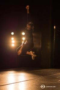 米アラバマ州モービルで、空中でスピンする技を練習するダンサー、ジアシン・ソン。神韻北米芸術団は1月9日にこの都市を訪問(撮影:ダンサー、ミシェル)