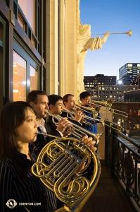 Niektórzy nasi muzycy zdecydowali się na rozgrzewkę z aniołami. (fot. wiolonczelistka Danielle Wang)