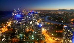 現在、オーストラリアを訪問中の神韻国際芸術団。プロジェクター映写技師のアニー・リーがホテルのスイートルームから眺めた、ゴールドコーストの有名な内陸の運河と水路の夜景。