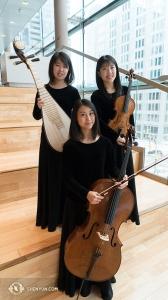神韻のオーケストラは東西の楽器をシームレスに融合する。中国楽器の琵琶と、西洋のビオラ、チェロは弦楽器の仲間同士。トロントのフォー・シーズンズ・センター訪問に心を弾ませる陳煜茹(左上)、レイチェル・チェン(右上)、袁于茜(撮影:打楽器奏者、ティファニー・ユ)