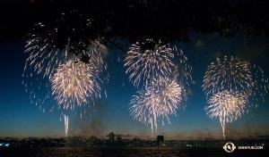 神韻國際藝術團演員們在欣賞澳大利亞國慶日煙火。(攝影:神韻天幕師李艾妮)