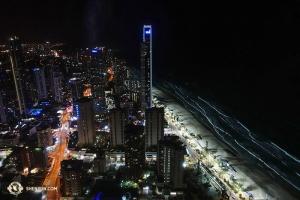 オーストラリア、ゴールドコーストの夜に浮かぶ太平洋の浜辺(撮影:プロジェクター映写技師、アニー・リー)