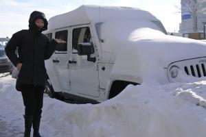 A na północy w chłodnym Montrealu w Kanadzie tancerka Ashley Wei pozuje na tle ośnieżonego samochodu (fot. główna tancerka Kaidi Wu)