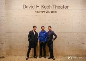 神韻舞蹈演員林敬庭、孫天祺、李宇軒(從左到右)在紐約大衛寇克劇院外。今年神韻紐約十四場演出全部售罄、一票難求。我們期待明年再來!(攝影:神韻舞蹈演員傑克)