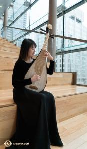 外からの光の中で練習する陳煜茹。琵琶には弦が4本しかないが、さまざまな音色を生み出すことができる。ギターに似ていると思う方もいるだろう。神韻の琵琶奏者の一人がこの楽器について解説する動画は<a href=