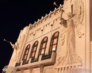 與此同時,神韻世界藝術團正在美國德克薩斯州沃思堡演出。石灰石建造的巴斯演出大廳外牆上有兩個48英尺高的吹號天使雕塑,非常氣派。(攝影:神韻大提琴手王丹)