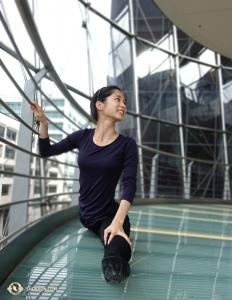 Après quelques heures de tourisme, il est temps de s'étirer. La première danseuse Linjie Huang se lance, en accordant une attention particulière à ses pointes de pieds. (Photo de la projectionniste Annie Li)