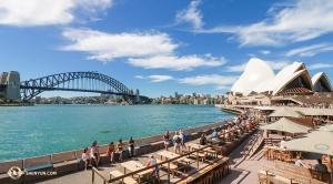 藍天白雲,悉尼港灣大橋下,碧藍的海水波光粼粼。(攝像:神韻舞蹈演員安德魯)