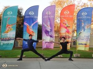 舞蹈演員李宇軒(左)和亨利(右)在艾斯康迪都演出劇院外的神韻橫幅前一展身姿。(攝像:神韻舞蹈演員托尼)