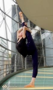 Solistdansaren Elsie Shi värmer upp medan hon njuter av utsikten. (Foto av projektionist Annie Li)