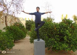 最近神韻紐約藝術團在加州埃斯孔迪多市演出了三場。溫暖和煦的陽光下,神韻領舞李宇軒在一片橙樹叢中變身為一座雕像呢。(攝像:神韻舞蹈演員托尼)