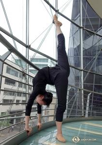 Dansaren Olivia Chung håller benet upp för en spark. För att få veta mer om sparkar i klassisk kinesisk dans klicka här <a href=