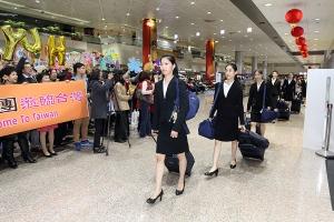 Tancerze podążają za główną tancerką Elsie Shi po wylądowaniu na Tajwanie.