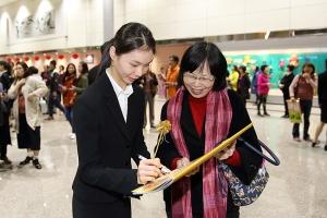 Główna tancerka Jaling Chen zostawia swojej fance autograf.