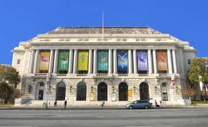 舊金山戰爭紀念歌劇院是神韻國際藝術團的演出場地。今年,他們在這裡舉辦了8場滿場演出。你更喜歡哪張照片,白天還是晚上?