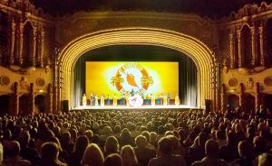 圖為亞利桑那州鳳凰城西班牙巴洛克建築風格的奧芬劇院。精美的壁畫和浮雕烘托著中心的舞台,神韻巡迴藝術團在這裡舉辦了8場演出。