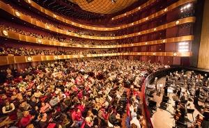 照片是一樓觀眾大廳和後面五層環形圍繞的觀眾席。