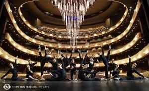 德克薩斯州達拉斯市溫斯佩爾歌劇院,神韻世界藝術團的舞蹈演員們,在巨大的可伸縮吊燈下,擺出美麗的舞蹈造型。