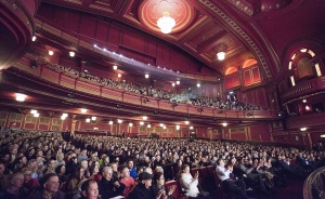儘管正在進行大規模的翻新,但劇院仍然保留了20世紀20年代風格的燈具和古典藝術風格的裝飾裝潢 。