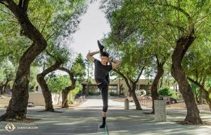 Na twee uitverkochte voorstellingen in Tucson, Arizona, poseert Aaron Huynh een paar minuten tussen de bomen voor het theater. (Foto door eerste danser Kenji Kobayashi)