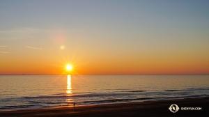 Po trzech wyprzedanych występach w Virginii, Shen Yun World Company wstało o świcie aby zdążyć na poranny lot do Rhode Island. Rozpoczynając swoją dziesięciogodzinną podróż uchwycili ten piękny wschód słońca nad Virginia Beach. (fot. kinooperatorka Regina Dong)