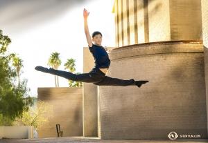 Tancerz Araon Huynh fruwa naprawdę wysoko skacząc obok Tucson Music Hall. (fot. główny tancerz Kenji Kobayashi)
