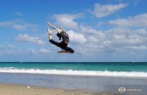 Een hoge sprong van danseres Hazel Yu op het strand. (Foto door filmtechnicus Regina Dong)