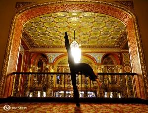 Na aankomst in Rhode Island poseert danser Joe Huang even in de rijkelijk versierde lobby van het Providence Performing Arts Center. (Foto door danser Suzuki Rui)