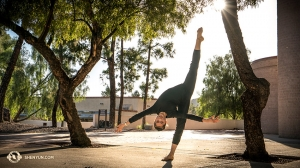 Dansers van Shen Yun New York Company vermaakten zich voor de Tucson Music Hall. Ze zijn deze tournee op zoveel verschillende plekken geweest dat ze er soms ondersteboven van zijn. (Foto door eerste danser Kenji Kobayashi)
