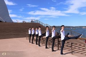 Tillbaka till solskenet i Australien! Dansare från Shen Yuns International Company radar upp sig utanför operahuset i Sydney. De vill veta om ni redan har era Shen Yun-biljetter. (Foto: dansare Nick Zhao)