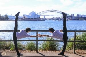 Aan de overkant van Sydney Harbour poseren dansers.  (Foto door danser Nick Zhao)