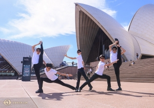 Dansers poseren voor de reeks schelpachtige panelen die het dak vormen van het Sydney Opera House. Het kostte 14 jaar om het gebouw te bouwen! (Foto door danser Nick Zhao)