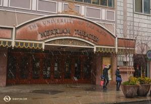 同じ頃、米フィラデルフィアのメリアム劇場の前を歩く神韻世界芸術団。同劇場での20回公演は世界中で一番多い(撮影:ダンサー、ベン・チェン)