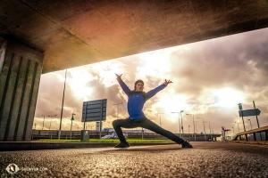 ロンドンの橋の下でポーズをとるダンサー、ヘンリー・ホン(撮影:プリンシパル・ダンサー、小林健司)